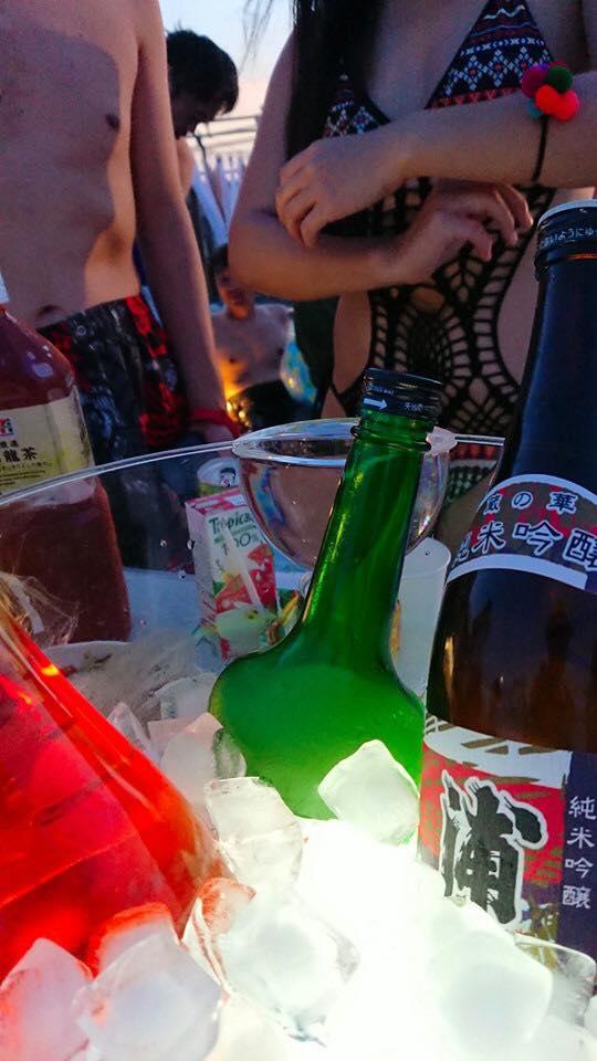屋上イベントで冷えたビールを飲む